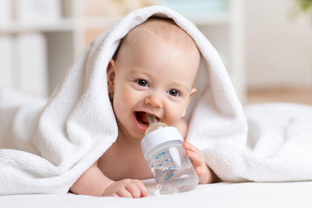 Woda, sok czy herbatka – podpowiadamy, co podawać dziecku do picia