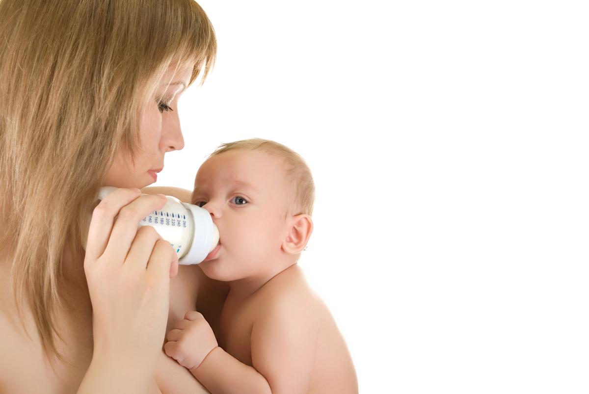 karmienie noworodka butelką